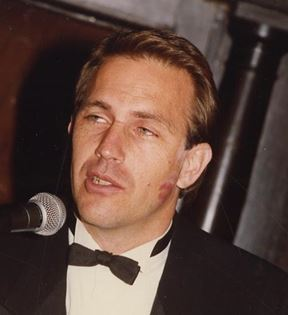 Kevin Costner (Peter Warrack)