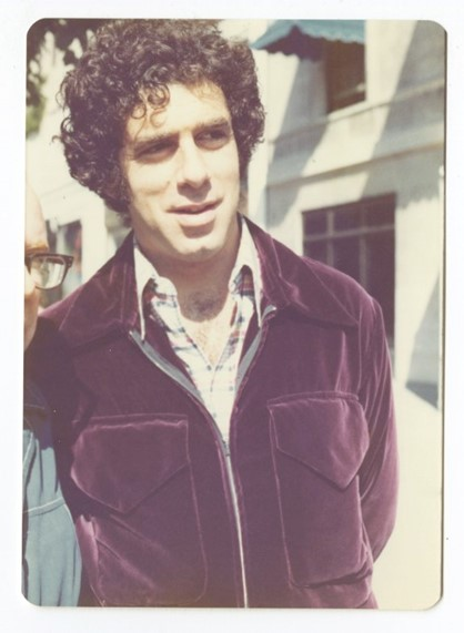 Elliott Gould (Peter Warrack)